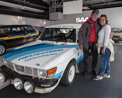 Johann mit Karo vor dem Rallyauto