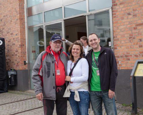 Johann mit Karo und Mirko vor dem Museum